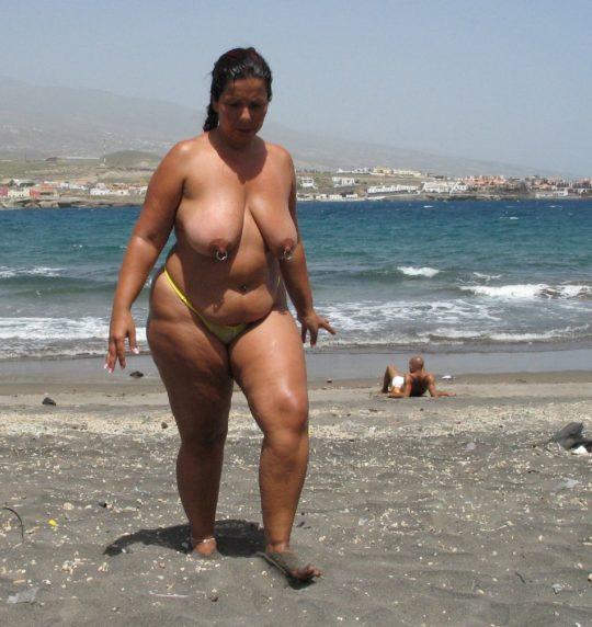 【ありがた迷惑】白豚まんさん「せっかくヌーディストビーチやし裸晒したろwおまえらシコってええでwww」←マジで死ね!!!!!!(画像あり)・17枚目