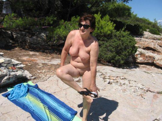 【ありがた迷惑】白豚まんさん「せっかくヌーディストビーチやし裸晒したろwおまえらシコってええでwww」←マジで死ね!!!!!!(画像あり)・21枚目