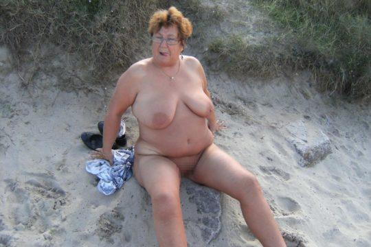【ありがた迷惑】白豚まんさん「せっかくヌーディストビーチやし裸晒したろwおまえらシコってええでwww」←マジで死ね!!!!!!(画像あり)・22枚目