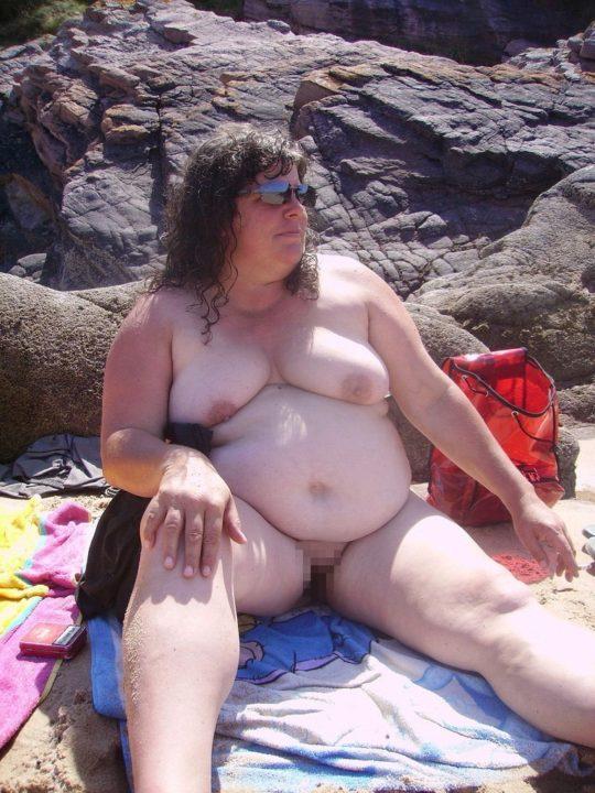 【ありがた迷惑】白豚まんさん「せっかくヌーディストビーチやし裸晒したろwおまえらシコってええでwww」←マジで死ね!!!!!!(画像あり)・26枚目