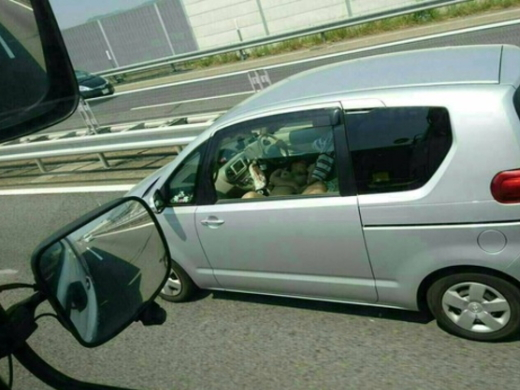 【※事故不可避】高速道路で追い越し車線を走行中の車で全裸女がヤバイ事してるの見つけたったwwwwwwwwwwww(画像あり)