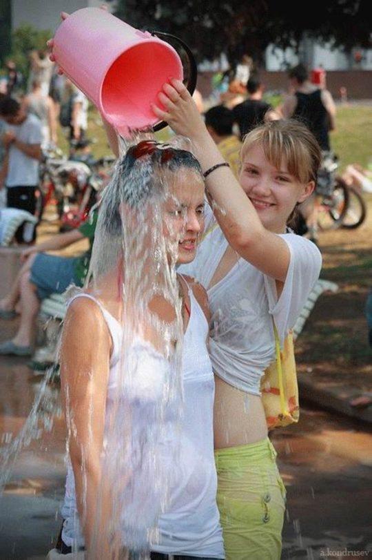 【パイ透け見放題】美女大国ロシアの水掛け祭り、誰も乳首透けなんて気にしてなくてワロタwww天国やんけwwwwwwww(画像30枚)・6枚目