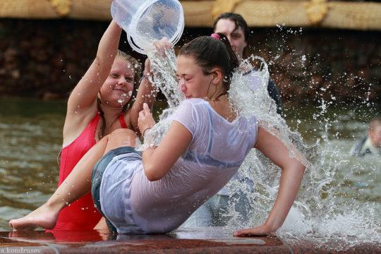 【パイ透け見放題】美女大国ロシアの水掛け祭り、誰も乳首透けなんて気にしてなくてワロタwww天国やんけwwwwwwww(画像30枚)・8枚目