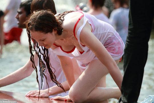 【パイ透け見放題】美女大国ロシアの水掛け祭り、誰も乳首透けなんて気にしてなくてワロタwww天国やんけwwwwwwww(画像30枚)・9枚目