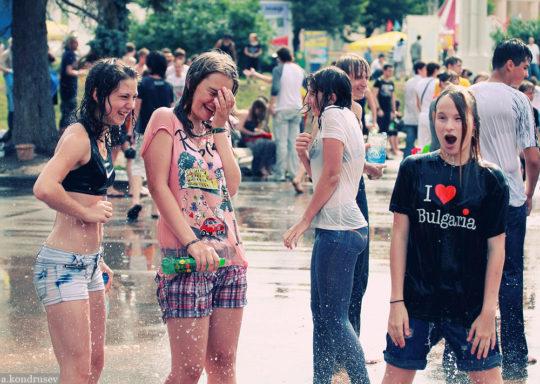 【パイ透け見放題】美女大国ロシアの水掛け祭り、誰も乳首透けなんて気にしてなくてワロタwww天国やんけwwwwwwww(画像30枚)・11枚目
