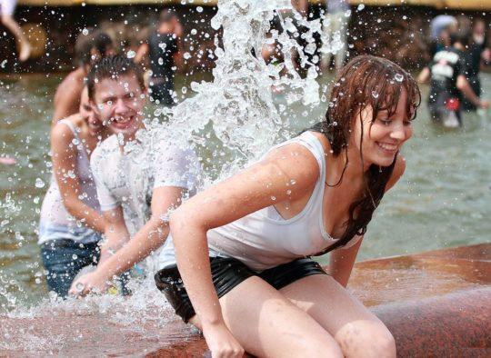 【パイ透け見放題】美女大国ロシアの水掛け祭り、誰も乳首透けなんて気にしてなくてワロタwww天国やんけwwwwwwww(画像30枚)・12枚目