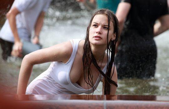 【パイ透け見放題】美女大国ロシアの水掛け祭り、誰も乳首透けなんて気にしてなくてワロタwww天国やんけwwwwwwww(画像30枚)・13枚目