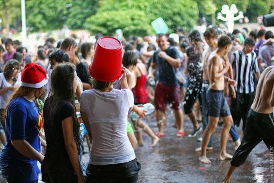 【パイ透け見放題】美女大国ロシアの水掛け祭り、誰も乳首透けなんて気にしてなくてワロタwww天国やんけwwwwwwww(画像30枚)・14枚目