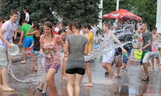 【パイ透け見放題】美女大国ロシアの水掛け祭り、誰も乳首透けなんて気にしてなくてワロタwww天国やんけwwwwwwww(画像30枚)・15枚目