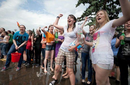 【パイ透け見放題】美女大国ロシアの水掛け祭り、誰も乳首透けなんて気にしてなくてワロタwww天国やんけwwwwwwww(画像30枚)・16枚目