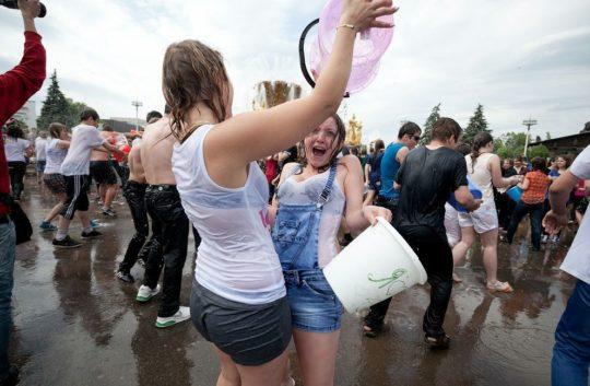 【パイ透け見放題】美女大国ロシアの水掛け祭り、誰も乳首透けなんて気にしてなくてワロタwww天国やんけwwwwwwww(画像30枚)・17枚目