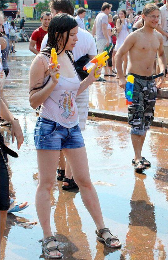 【パイ透け見放題】美女大国ロシアの水掛け祭り、誰も乳首透けなんて気にしてなくてワロタwww天国やんけwwwwwwww(画像30枚)・19枚目