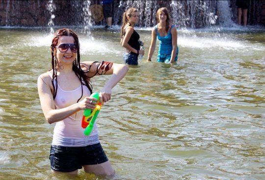 【パイ透け見放題】美女大国ロシアの水掛け祭り、誰も乳首透けなんて気にしてなくてワロタwww天国やんけwwwwwwww(画像30枚)・21枚目