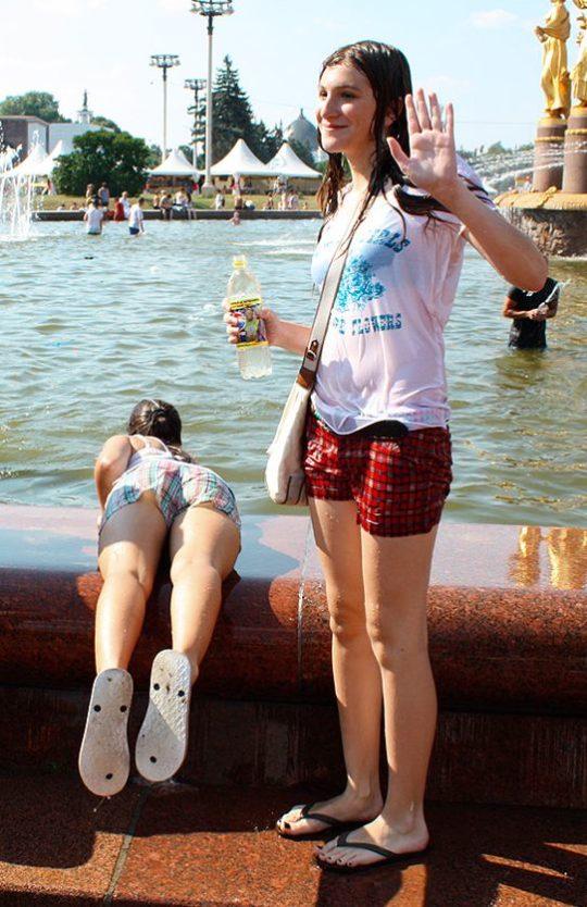 【パイ透け見放題】美女大国ロシアの水掛け祭り、誰も乳首透けなんて気にしてなくてワロタwww天国やんけwwwwwwww(画像30枚)・22枚目