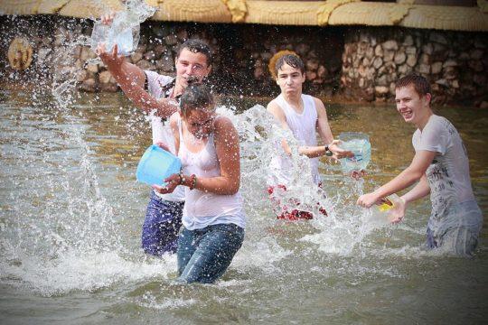【パイ透け見放題】美女大国ロシアの水掛け祭り、誰も乳首透けなんて気にしてなくてワロタwww天国やんけwwwwwwww(画像30枚)・25枚目