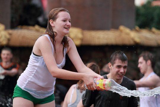 【パイ透け見放題】美女大国ロシアの水掛け祭り、誰も乳首透けなんて気にしてなくてワロタwww天国やんけwwwwwwww(画像30枚)・26枚目