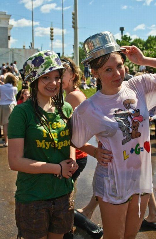 【パイ透け見放題】美女大国ロシアの水掛け祭り、誰も乳首透けなんて気にしてなくてワロタwww天国やんけwwwwwwww(画像30枚)・27枚目