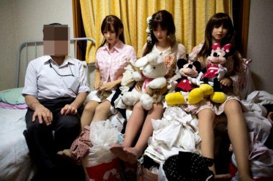 【日本の恥晒し】妻子持ちのラブドールマニア、世界のニュースで紹介されるwwwwこれアカンやろwwwwwwwwww(画像あり)・1枚目