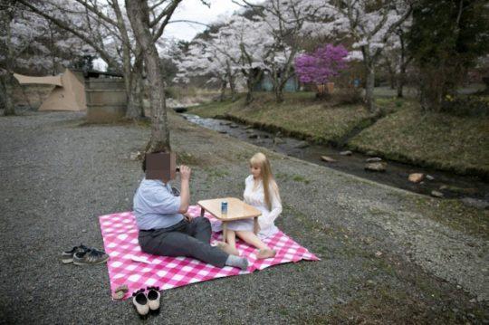 【日本の恥晒し】妻子持ちのラブドールマニア、世界のニュースで紹介されるwwwwこれアカンやろwwwwwwwwww(画像あり)・2枚目