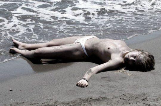 """【前衛芸術】外国の意識高い系まんさんによる""""死体アート""""、生きてるんならただのオナネタだよなwwwwwwwww(画像あり)・25枚目"""