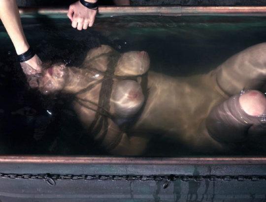 【すぐ死ぬ速報】外国人SMマニア(ガチ勢)に人気の水責め拷問、いつもより興奮する反面すぐ死ぬ模様・・・・・(画像30枚)・22枚目