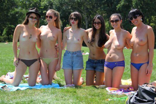 【露出天国】内陸住みの外人まんさん「トップレスで日焼けしたいけどビーチあれへん、、、せや!!」 ←コレwwwwwwwwwww(画像あり)・1枚目