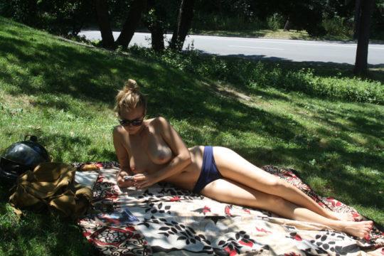 【露出天国】内陸住みの外人まんさん「トップレスで日焼けしたいけどビーチあれへん、、、せや!!」 ←コレwwwwwwwwwww(画像あり)・3枚目