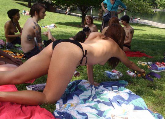 【露出天国】内陸住みの外人まんさん「トップレスで日焼けしたいけどビーチあれへん、、、せや!!」 ←コレwwwwwwwwwww(画像あり)・10枚目