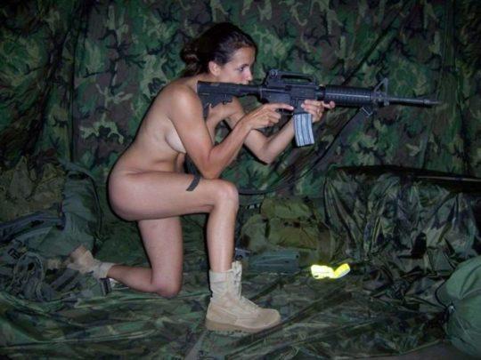 【大正義米軍】戦場で死線をくぐり抜けた女性兵士、SNSで残してきた恋人に楽しそうなおっぱい画像を送る好プレイwwwwwwwww(画像あり)・7枚目