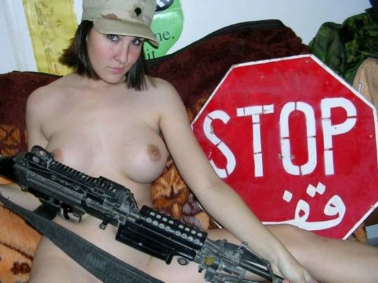 【大正義米軍】戦場で死線をくぐり抜けた女性兵士、SNSで残してきた恋人に楽しそうなおっぱい画像を送る好プレイwwwwwwwww(画像あり)・8枚目