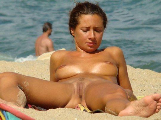 【紫外線殺菌】ヌーディストビーチで日焼けに余念が無い外人まんさん、まんこまで焼いててワロタwwwwwwwwwwwww(画像30枚)・5枚目