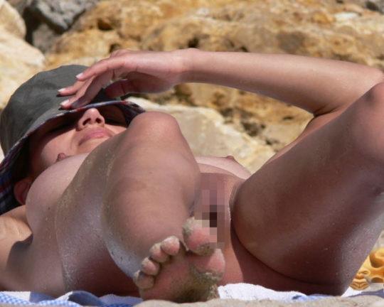 【紫外線殺菌】ヌーディストビーチで日焼けに余念が無い外人まんさん、まんこまで焼いててワロタwwwwwwwwwwwww(画像30枚)・9枚目