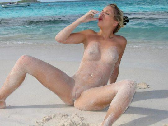 【紫外線殺菌】ヌーディストビーチで日焼けに余念が無い外人まんさん、まんこまで焼いててワロタwwwwwwwwwwwww(画像30枚)・13枚目
