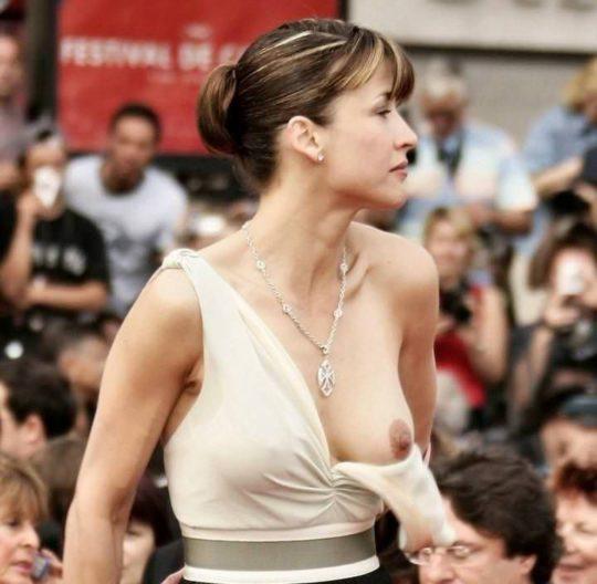 【プロ根性】超大金持ちのハリウッドセレブ女優、おっぱいポロリするまでが仕事でワロタwwwwwwwwww(画像30枚)・1枚目