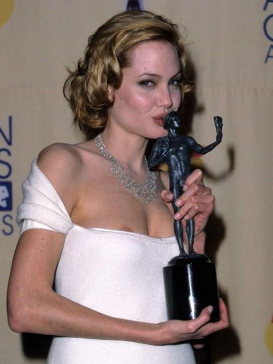 【プロ根性】超大金持ちのハリウッドセレブ女優、おっぱいポロリするまでが仕事でワロタwwwwwwwwww(画像30枚)・8枚目