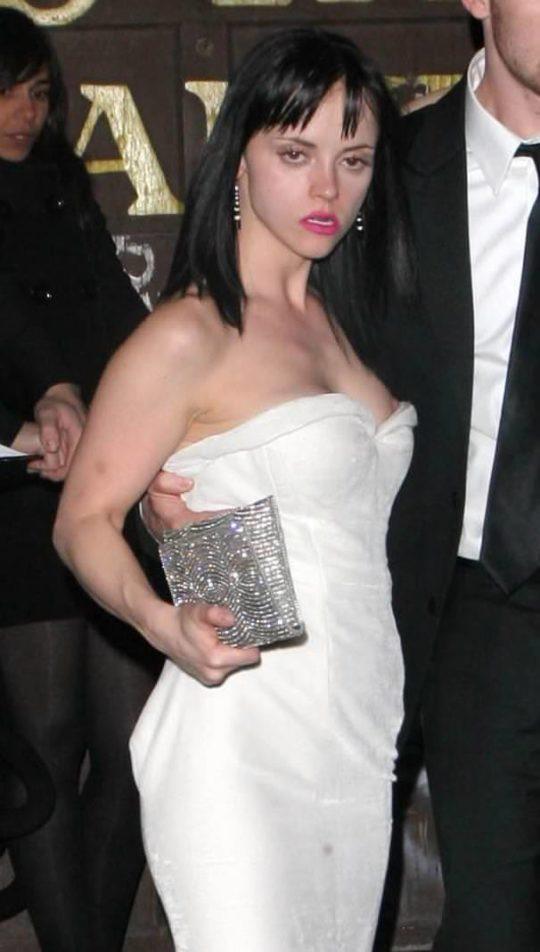 【プロ根性】超大金持ちのハリウッドセレブ女優、おっぱいポロリするまでが仕事でワロタwwwwwwwwww(画像30枚)・18枚目