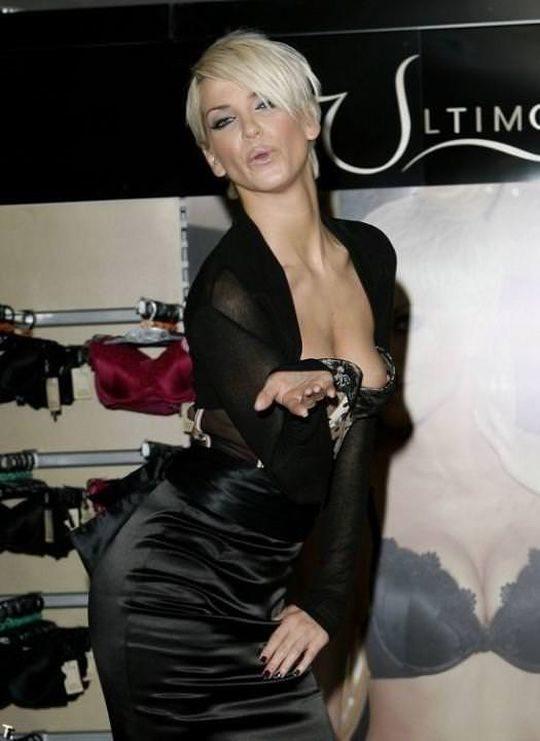 【プロ根性】超大金持ちのハリウッドセレブ女優、おっぱいポロリするまでが仕事でワロタwwwwwwwwww(画像30枚)・29枚目