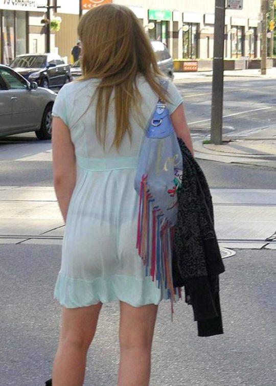 【超シースルー】海外まんさん夏の装い、パンツ隠す気無さすぎでワロタwwwwwwwww(画像30枚)・1枚目