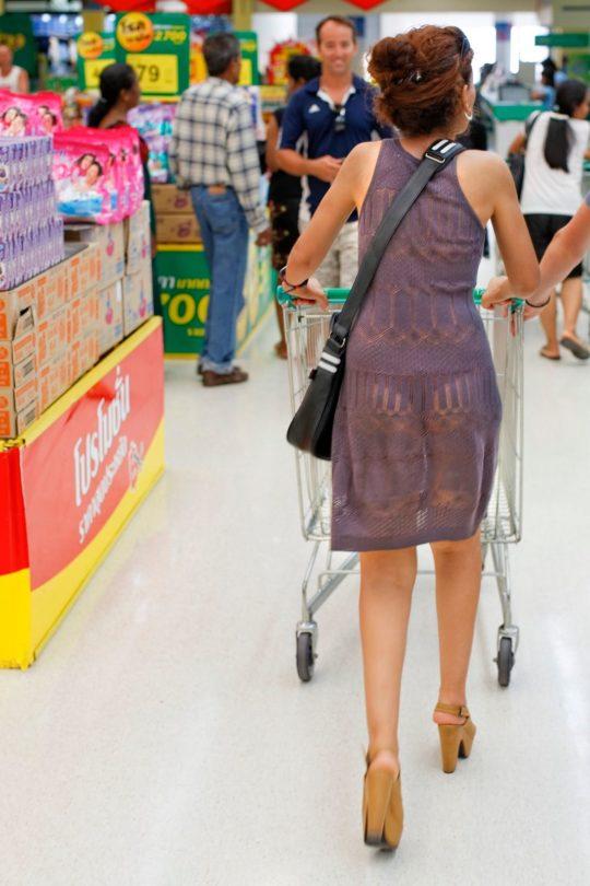 【超シースルー】海外まんさん夏の装い、パンツ隠す気無さすぎでワロタwwwwwwwww(画像30枚)・7枚目