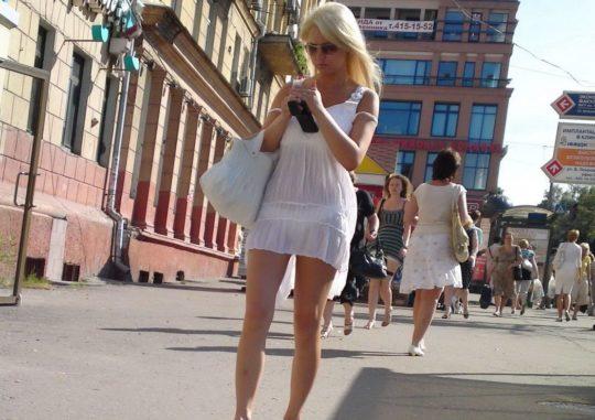 【超シースルー】海外まんさん夏の装い、パンツ隠す気無さすぎでワロタwwwwwwwww(画像30枚)・15枚目