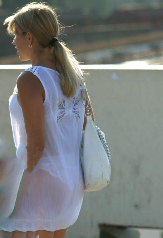 【超シースルー】海外まんさん夏の装い、パンツ隠す気無さすぎでワロタwwwwwwwww(画像30枚)・19枚目