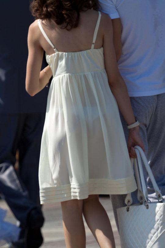 【超シースルー】海外まんさん夏の装い、パンツ隠す気無さすぎでワロタwwwwwwwww(画像30枚)・23枚目