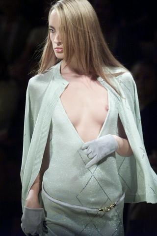 【ノーガード】海外ファッションショーとかいう乳首鑑賞会、日本と違い過ぎワロタwwwwwwwww(画像、GIFあり)・1枚目