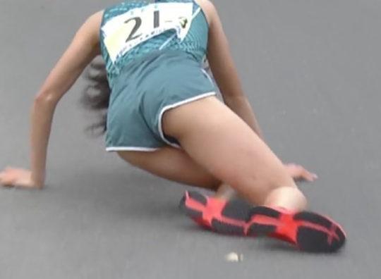 【悲報】駅伝女子、走破して力尽きて倒れ込んだ結果・・・おまえらにとんでもない部分を激写されるwwwwwwwwwwww(画像あり)・19枚目