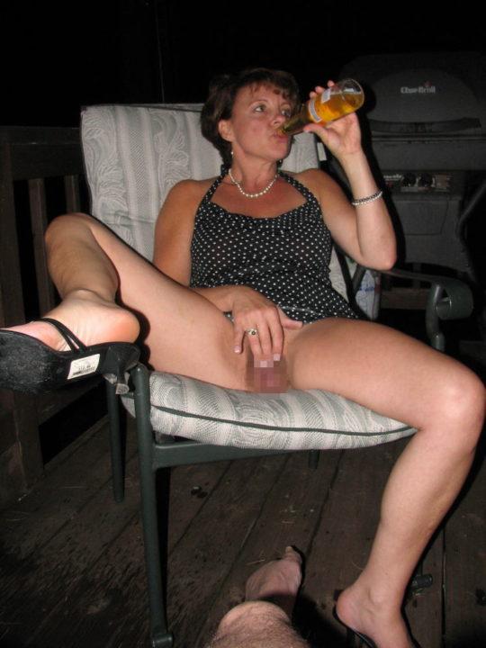 【外国人エロ画像】酔っぱらったらとりあえず脱いでラッパ飲みがデフォの外人ネキ、ホント素敵・・・(画像25枚)・1枚目