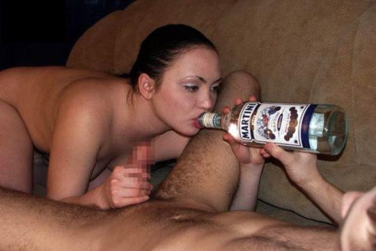 【外国人エロ画像】酔っぱらったらとりあえず脱いでラッパ飲みがデフォの外人ネキ、ホント素敵・・・(画像25枚)・2枚目