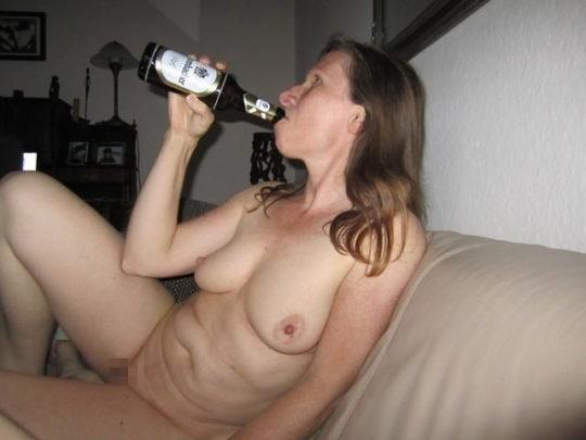 【外国人エロ画像】酔っぱらったらとりあえず脱いでラッパ飲みがデフォの外人ネキ、ホント素敵・・・(画像25枚)・4枚目