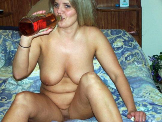 【外国人エロ画像】酔っぱらったらとりあえず脱いでラッパ飲みがデフォの外人ネキ、ホント素敵・・・(画像25枚)・8枚目