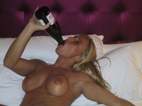 【外国人エロ画像】酔っぱらったらとりあえず脱いでラッパ飲みがデフォの外人ネキ、ホント素敵・・・(画像25枚)・10枚目