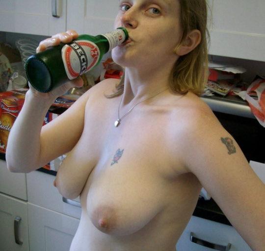 【外国人エロ画像】酔っぱらったらとりあえず脱いでラッパ飲みがデフォの外人ネキ、ホント素敵・・・(画像25枚)・16枚目